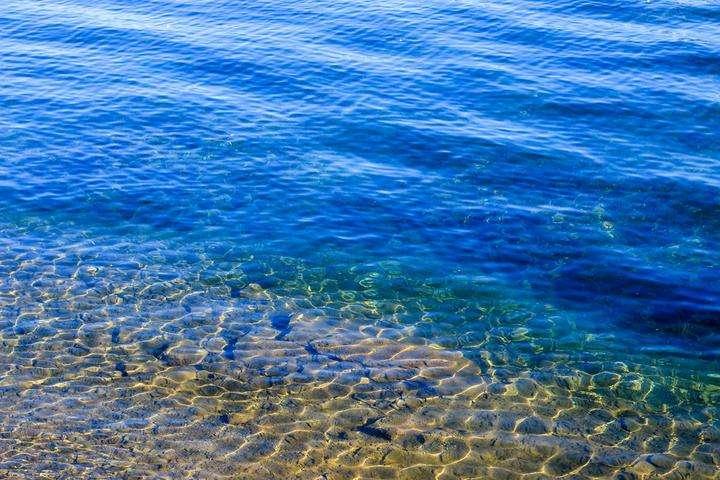 潛入海中,沉浸在這靜謐的深藍里