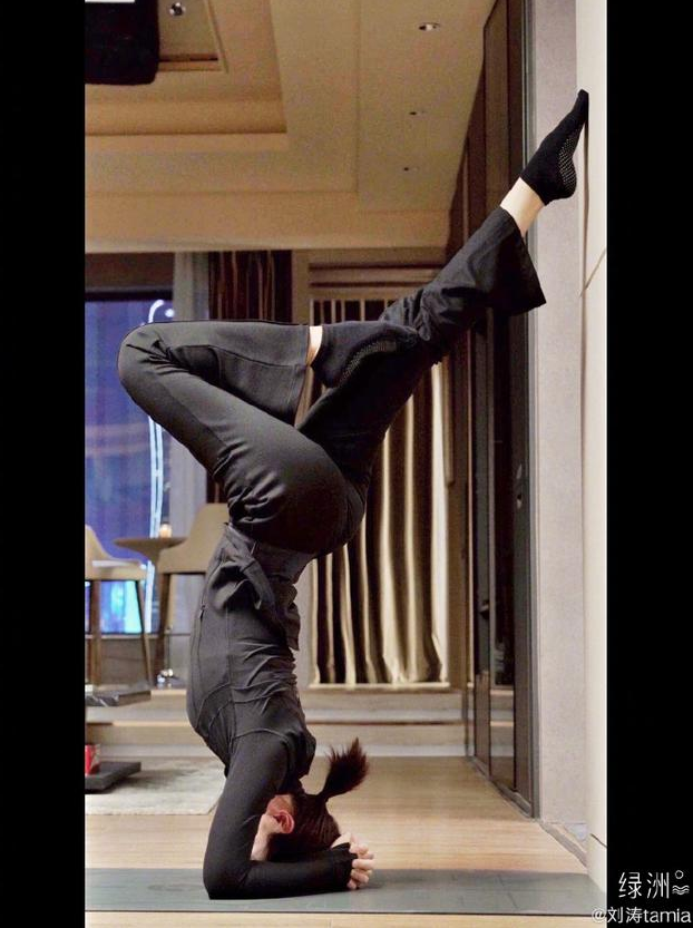 刘涛练瑜伽撑地倒立 腰肢柔软纤细动作超优美