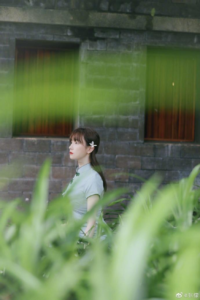 张檬曝文艺范儿写真 淡绿色旗袍勾勒苗条曲线