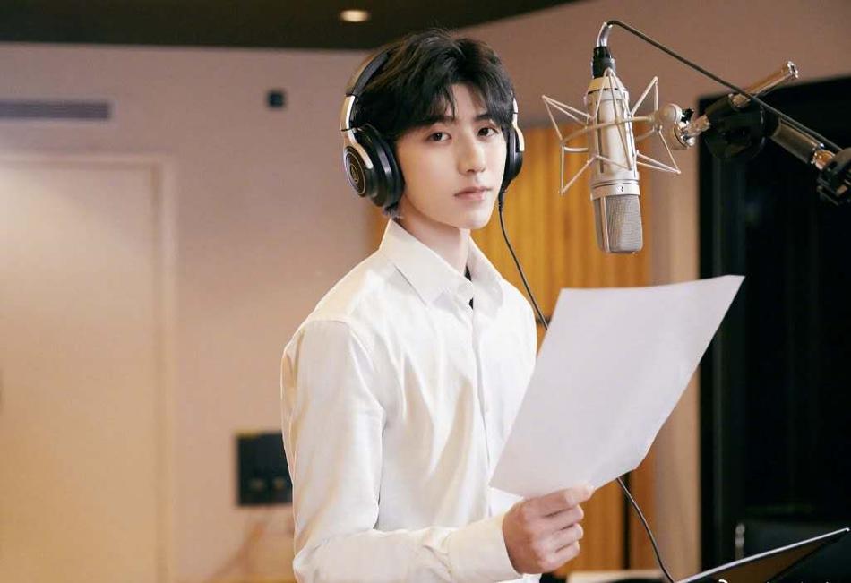 蔡徐坤穿白衬衫干净帅气 低头看歌词显露精致侧颜
