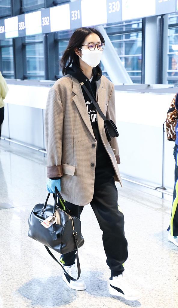 刘雯穿格纹西装英姿飒爽 双手推行李气场全开