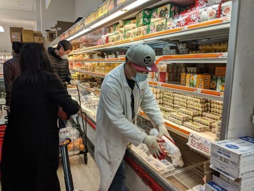 美媒:疫情致货源、人力不足 纽约多家华人超市将暂停营业