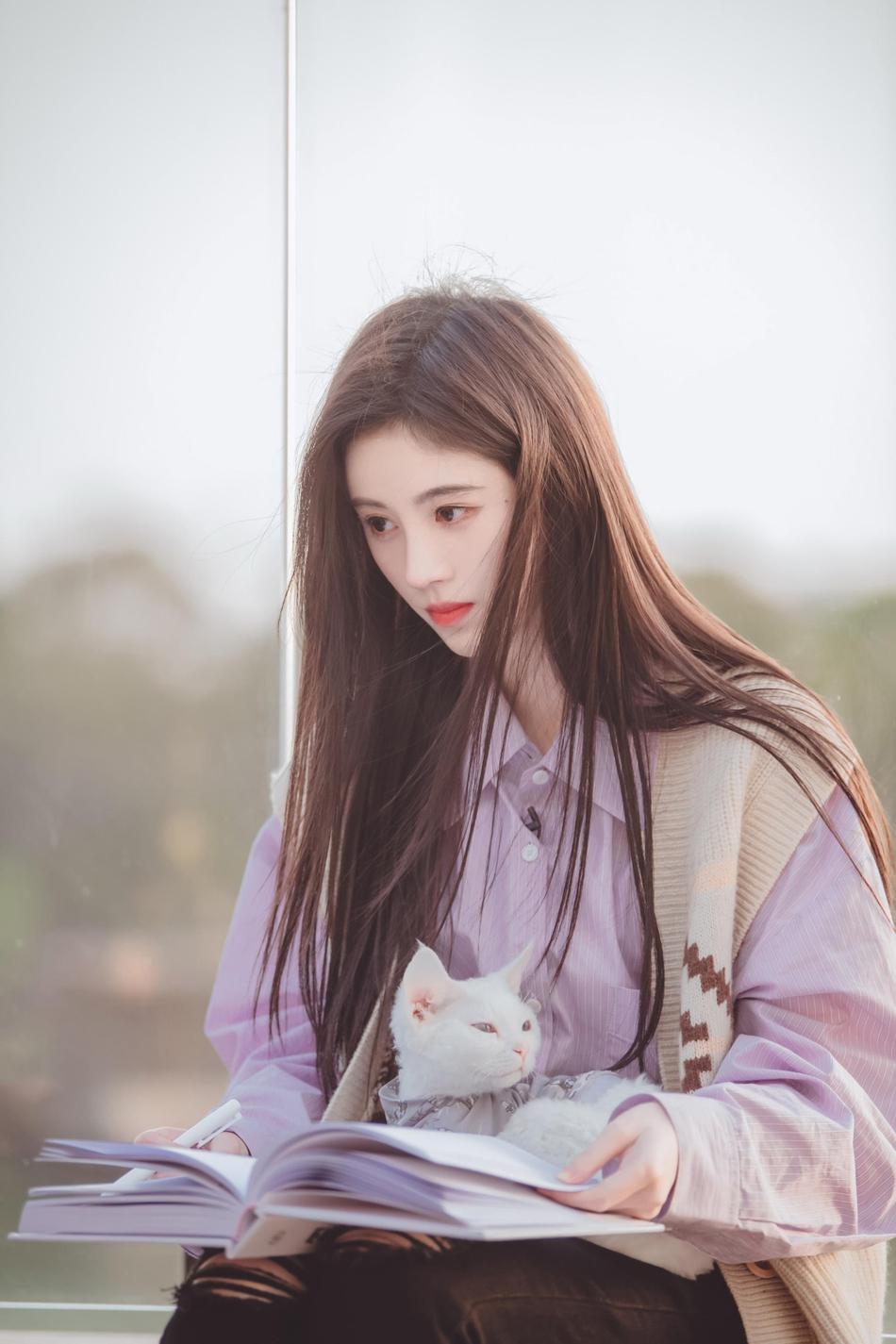 鞠婧祎一袭长发温柔似水 淡紫色衬衫搭羊毛小坎肩时尚舒适