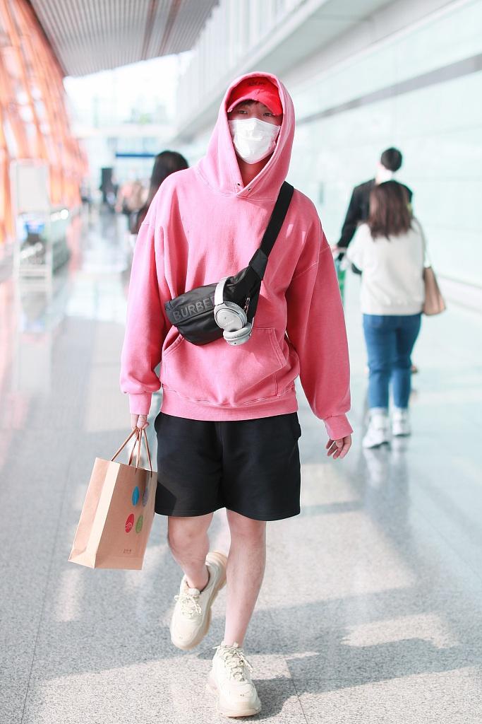 高嘉朗穿粉色帽衫配短裤 口罩遮面气场全开