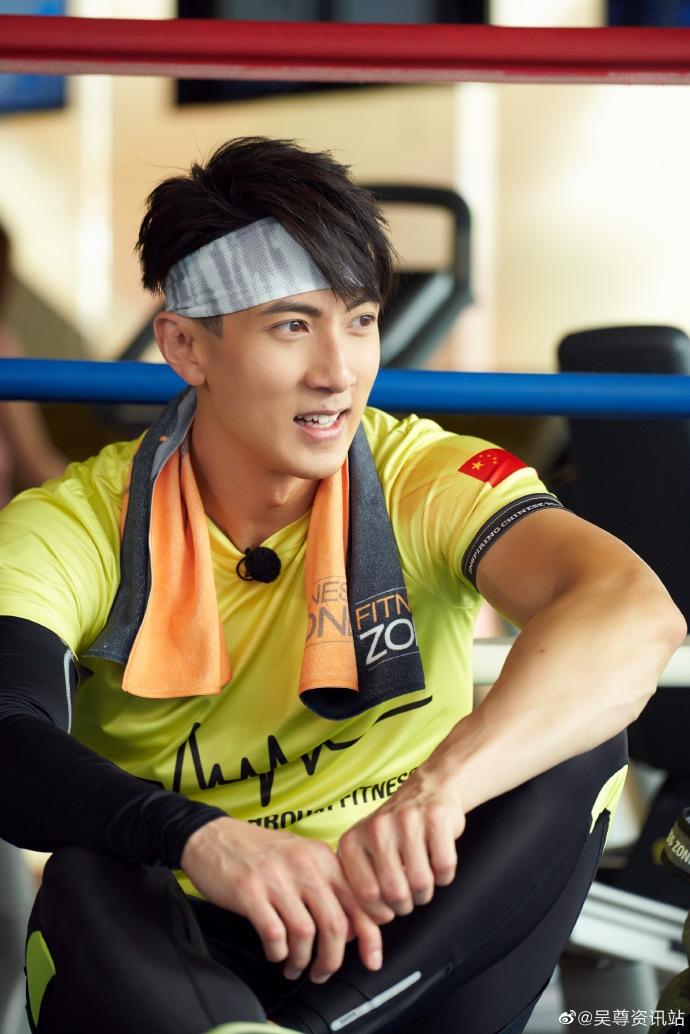 吴尊穿黄色T恤阳光帅气 认真健身运动力max