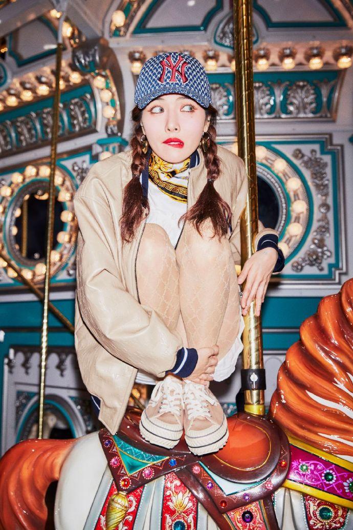 泫雅最新时尚写真曝光 透明网格丝袜显时尚俏皮