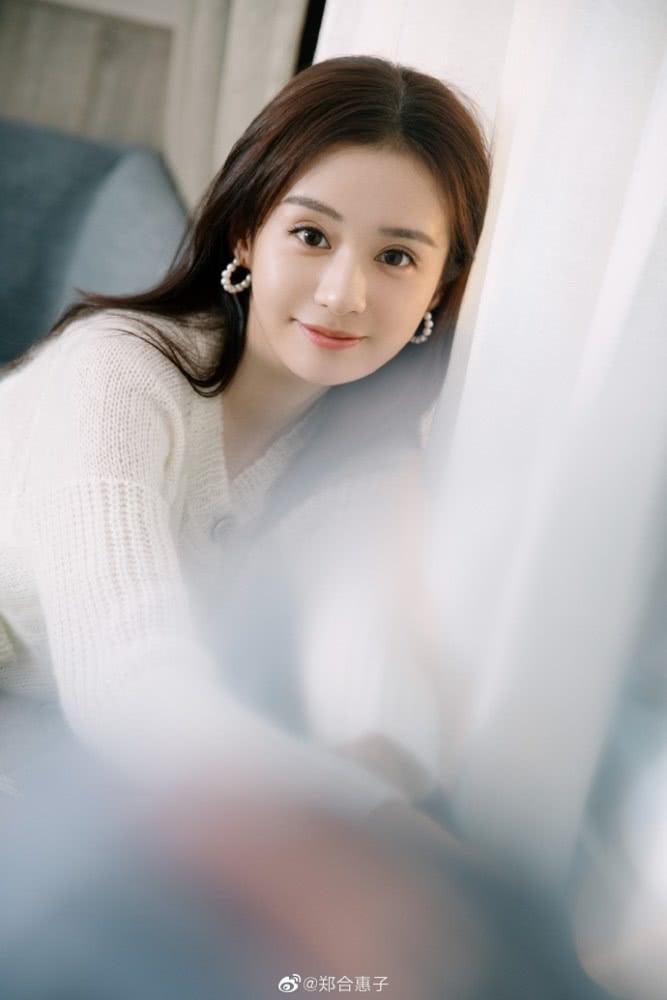 郑合惠子穿白色针织衫清新有活力 长发披肩温柔甜美