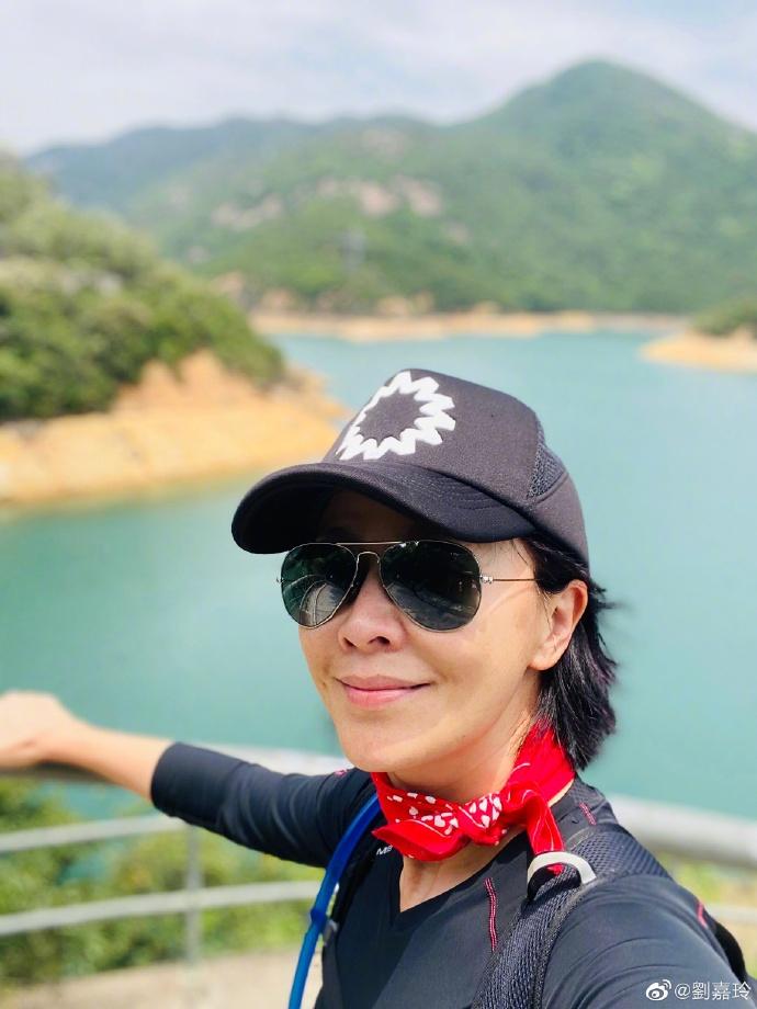 刘嘉玲与家人登山心情舒畅 穿运动装系红丝巾尽显好身材