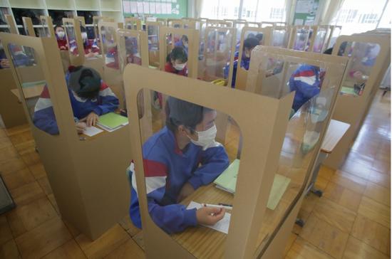 日本复课后学校频出抗疫奇招:戴透明面罩 纸箱中上课