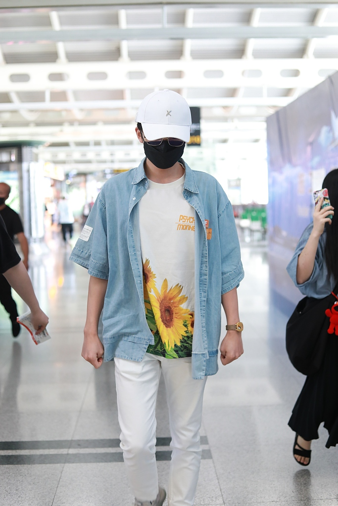 张新成戴棒球帽干净清爽 穿向日葵T恤搭配牛仔外套清新阳光