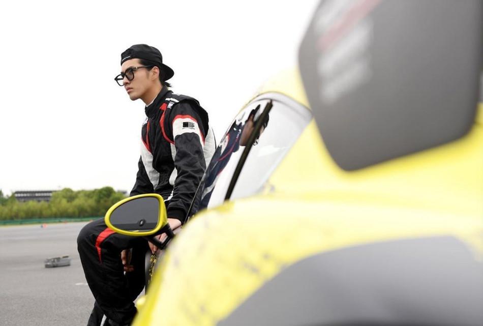 吴亦凡穿黑色赛车服帅气十足 反戴棒球帽酷飒有型