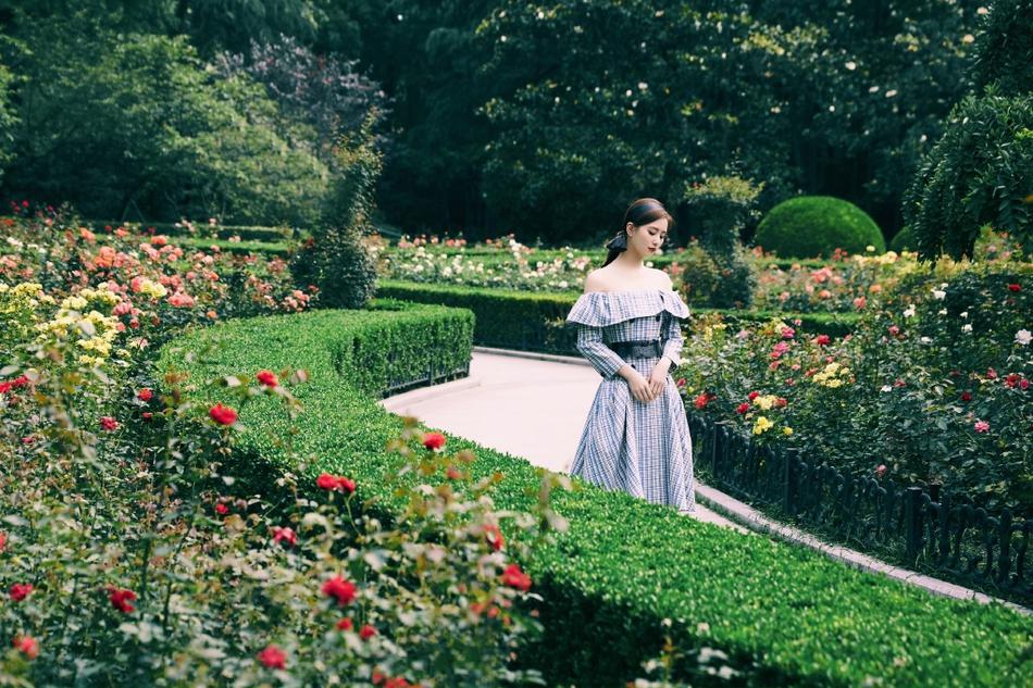 刘诗诗穿一字领格纹裙漫步花园 露香肩锁骨气质温婉可人