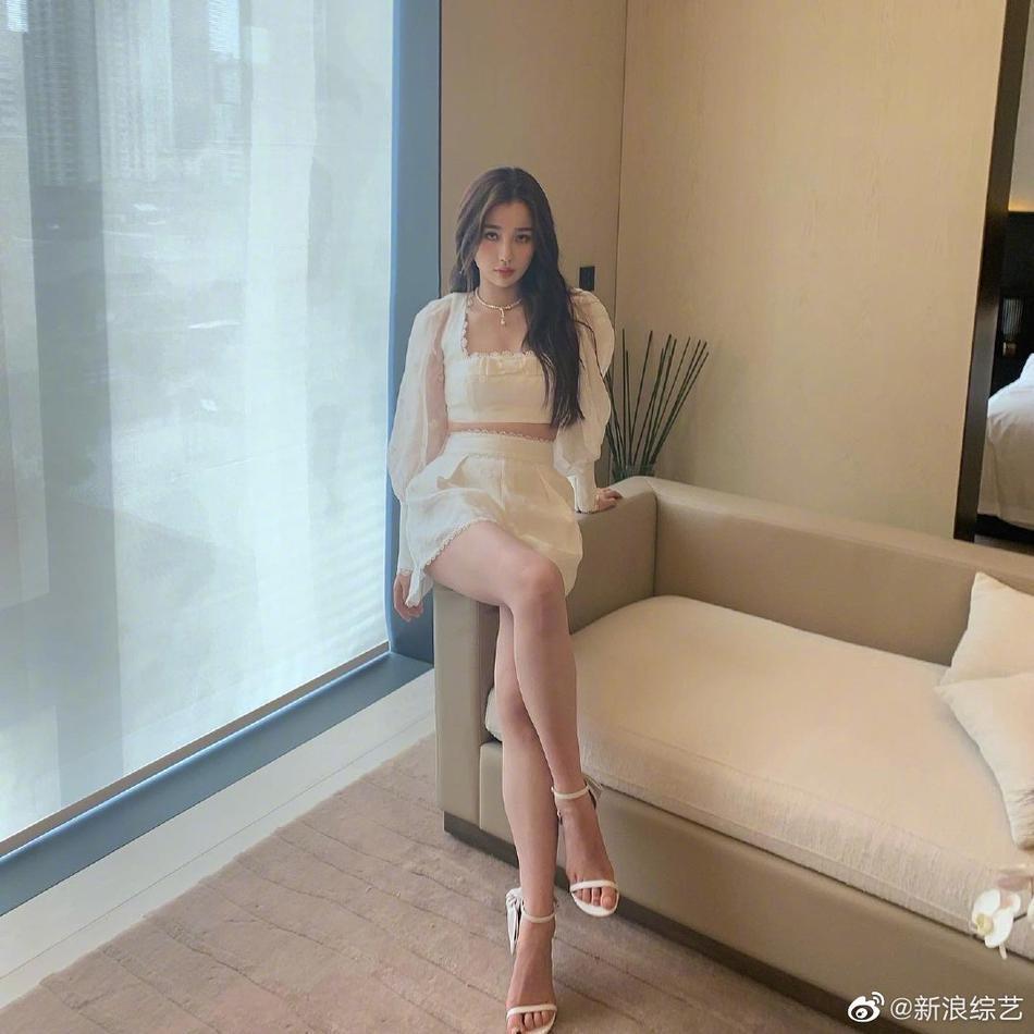 虞书欣白色套装秀蛮腰长腿 公主袖点缀蝴蝶刺绣优雅甜美