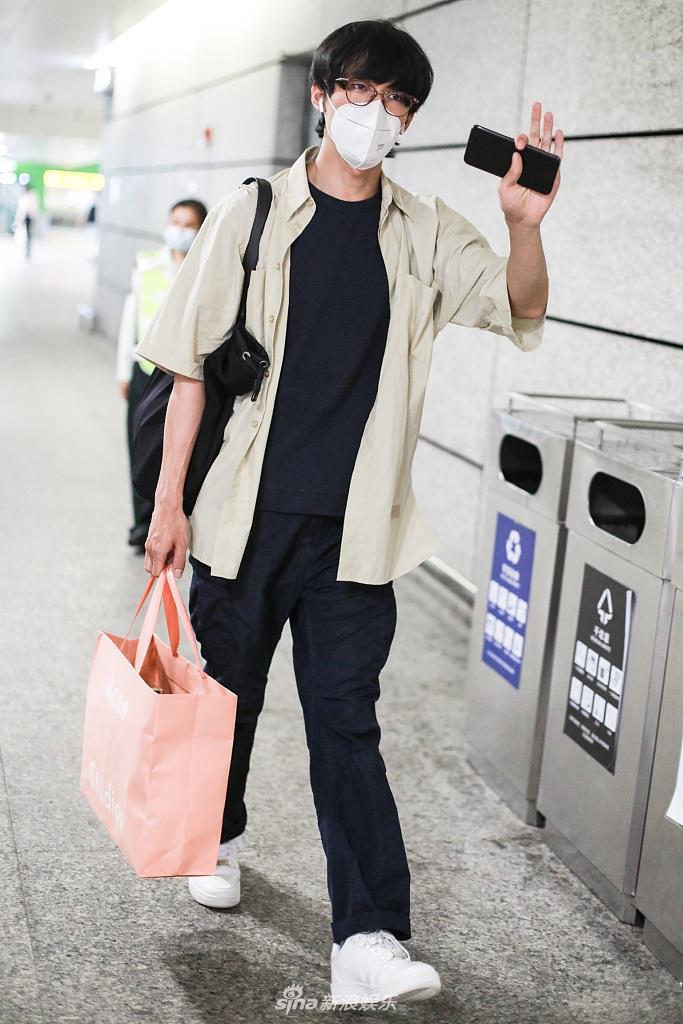张雨剑全新发型现身机场 留刘海戴眼镜变斯文少年