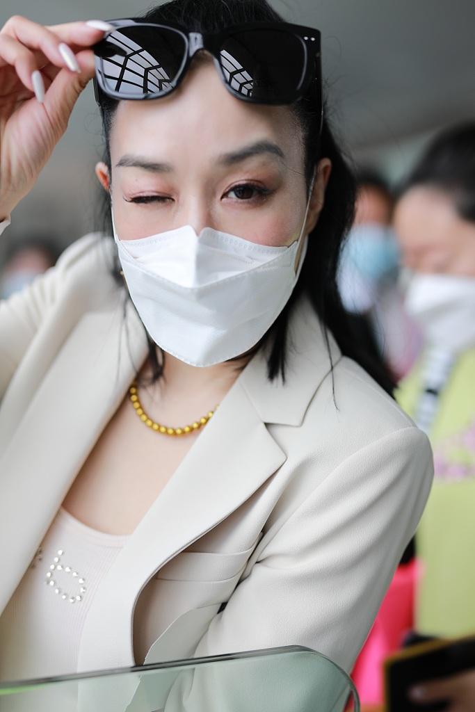 钟丽缇机场当众起舞自嗨到爆 挤眉弄眼花式比心太会撩