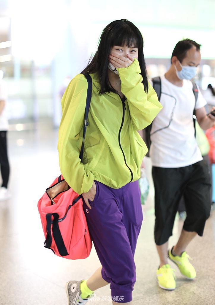 黄龄机场玩撞色帅气时尚 摇头晃脑乱发狂舞