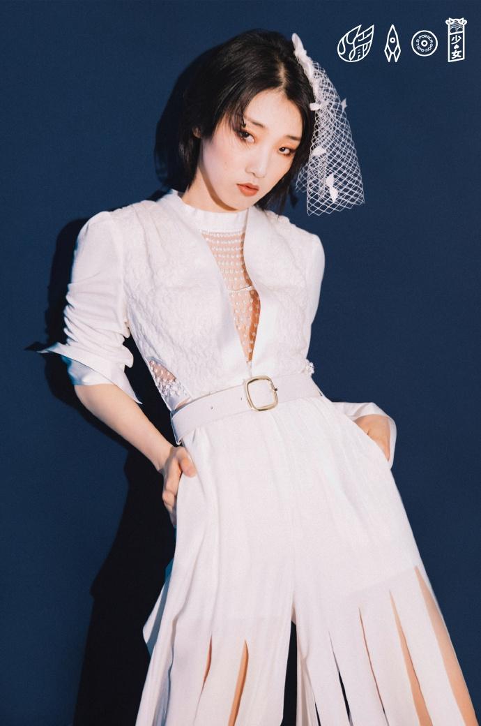 火箭少女全白新娘装造型曝光 烟熏眼妆反差演绎暗黑风