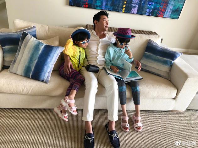 陆毅抱俩女儿出镜庆父亲节:陪伴就是最好的礼物