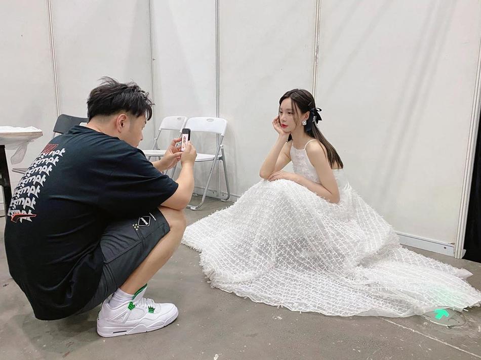 沈梦辰晒白裙写真似待嫁新娘 海涛蹲地为其拍摄超甜蜜
