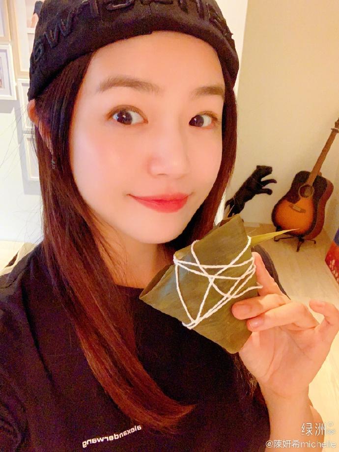 陈妍希第一次包粽子舍不得打开 对镜甜笑满脸胶原蛋白