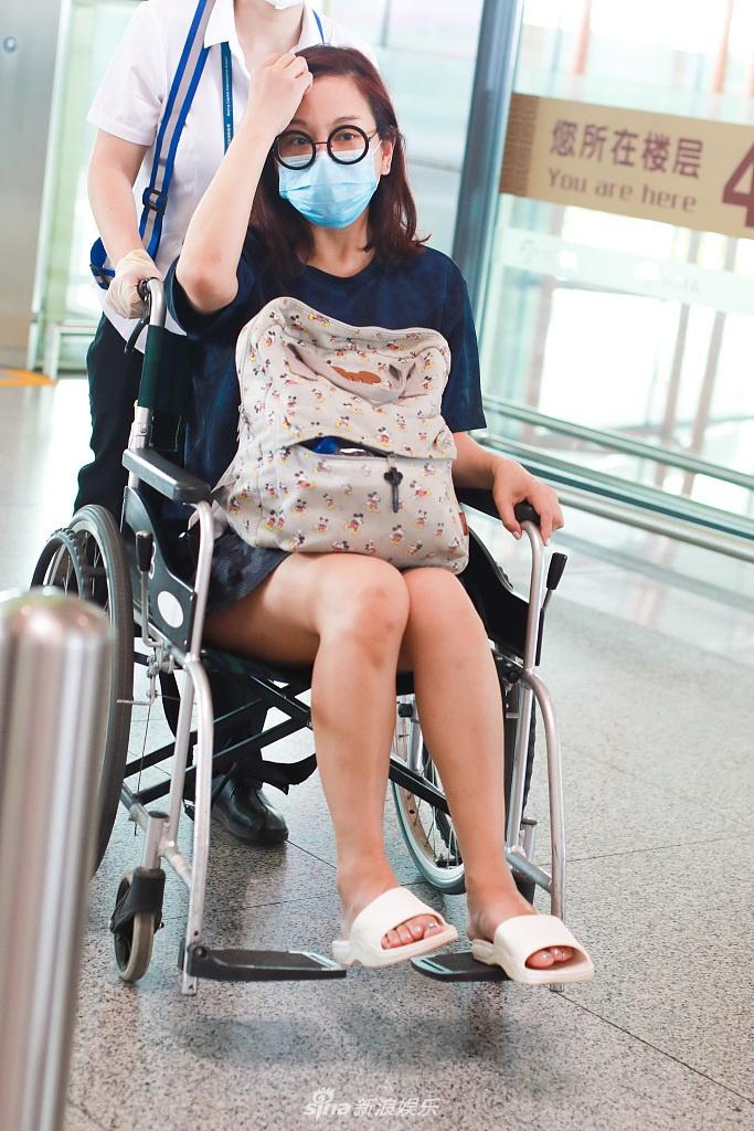 陈松伶被淘汰后现身机场 坐轮椅打招呼笑眼弯弯超温柔