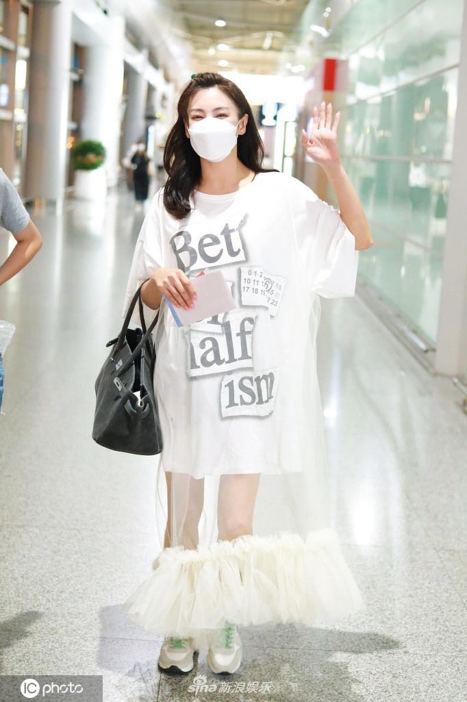 张雨绮穿透视白纱裙 露白皙美腿对镜甜笑