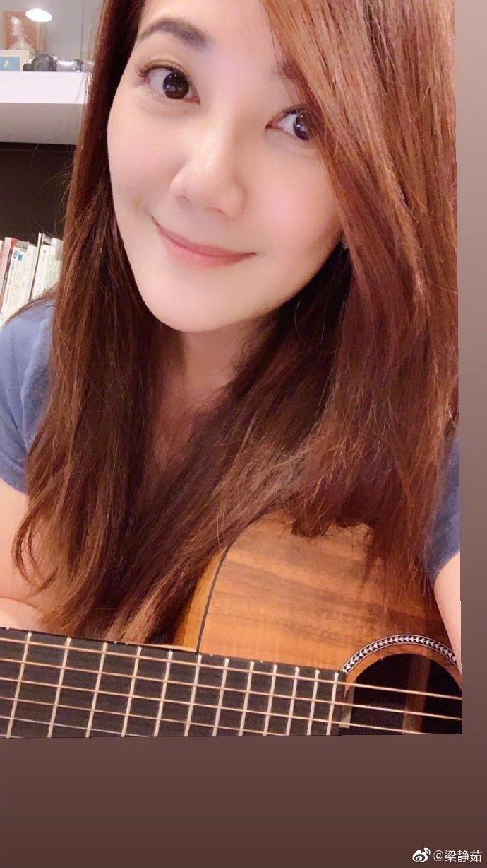 梁静茹冒泡分享自拍近照 抱吉他温柔微笑显文艺气质