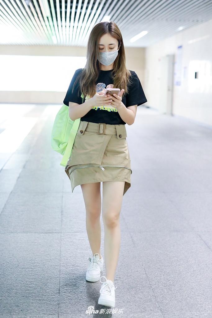 刘芸淘汰后现身机场 拉链短裙个性时髦秀迷人漫画腿