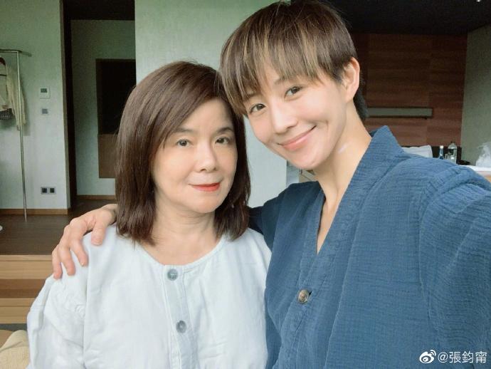 张钧甯和妈妈爬山游泳健身 母女俩皮肤紧致似姐妹花