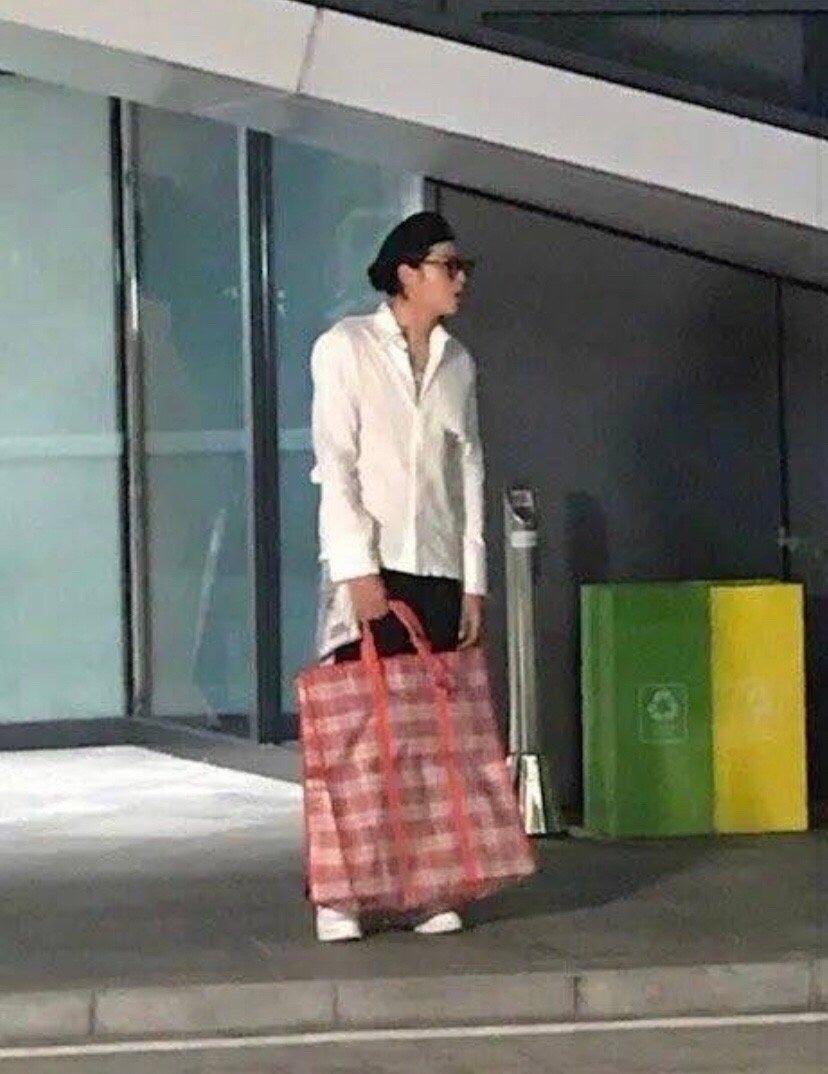 吴亦凡节目路透 穿白衬衫手上编织袋抢镜