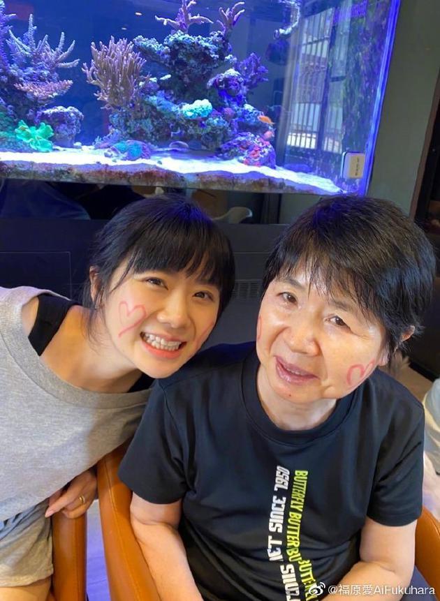 福原爱晒24年前后与妈妈合照对比 母女俩越长越像