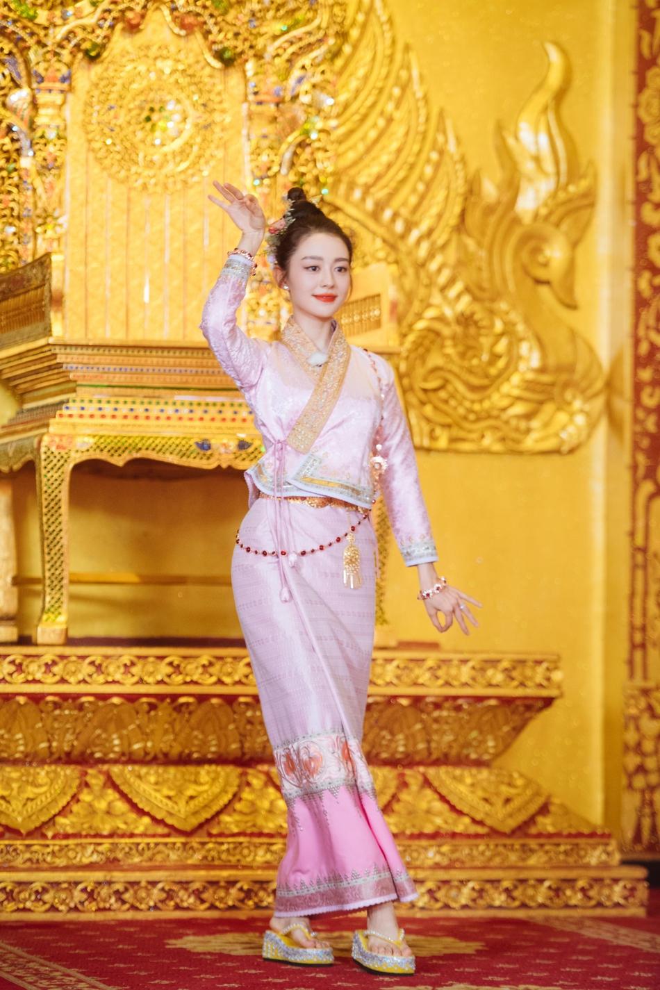 《妻子4》迎泼水节大战 吉娜穿傣族服饰身材超好