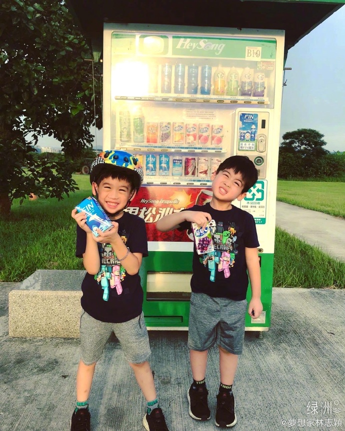 林志颖带儿子过周末 双胞胎骑车累了自己买饮料喝