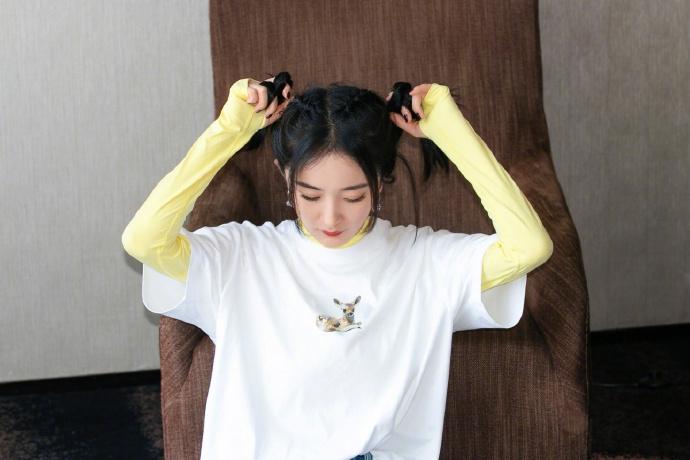 杨幂扎双马尾灵动俏皮 穿黄T叠搭宽松短袖时尚减龄