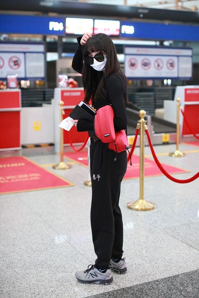 葛鑫怡一身黑装又酷又飒 齐刘海造型酷似洋娃娃