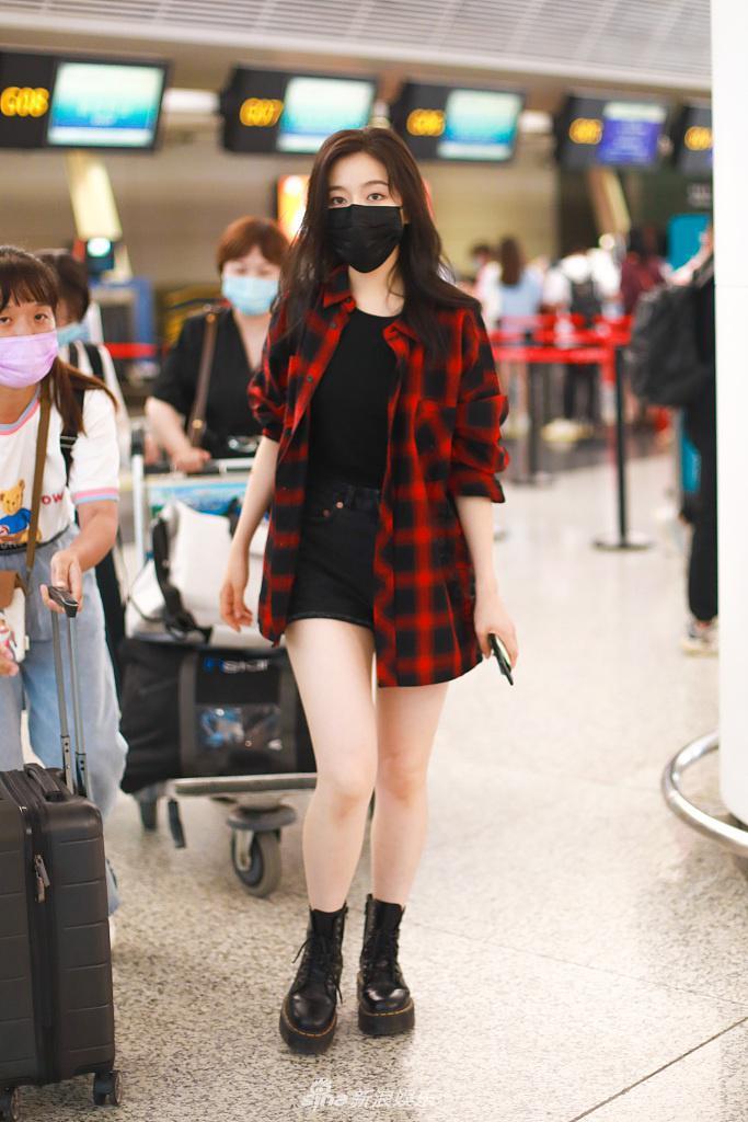 李兰迪穿红色格子衫搭热裤玉腿抢镜 撩发动作优雅可爱有范