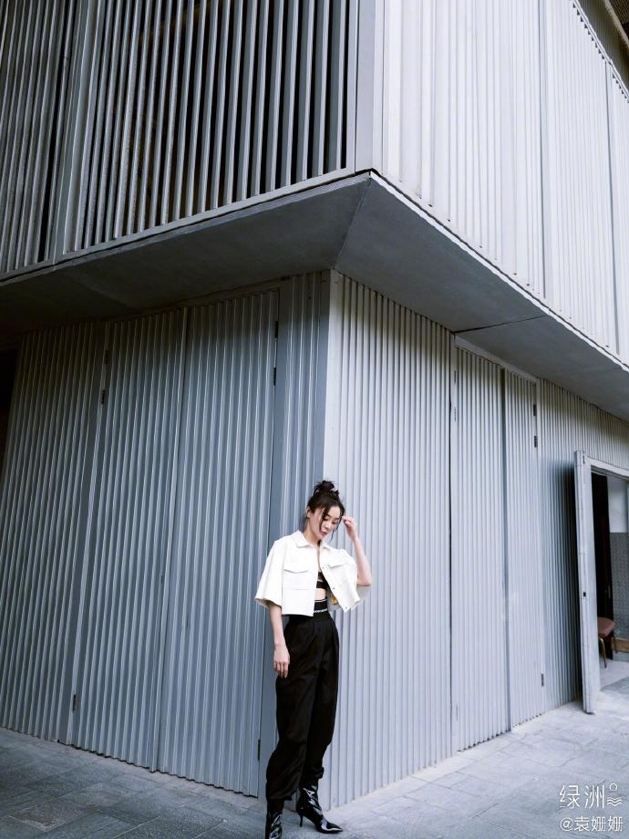 袁姗姗穿白色短外套秀蛮腰 对镜摆pose时尚感爆棚