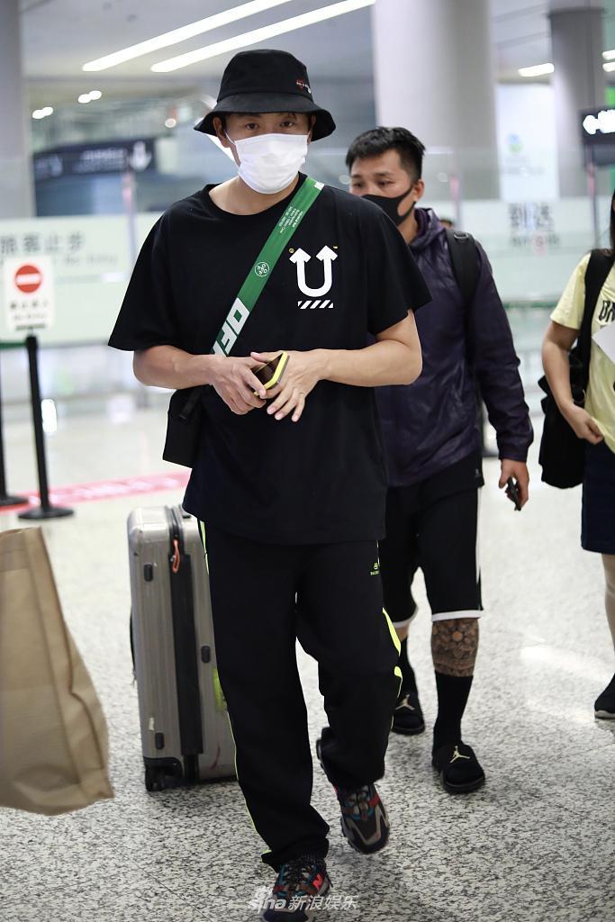 秦昊穿全黑潮装青春减龄 机场走秀似小鲜肉