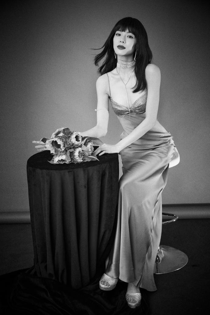 钟楚曦穿湛蓝低胸长裙宛如人鱼公主 摆S造型秀婀娜身材