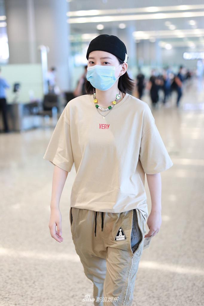 李斯丹妮装扮潮酷现身机场 对镜摆手自信有范
