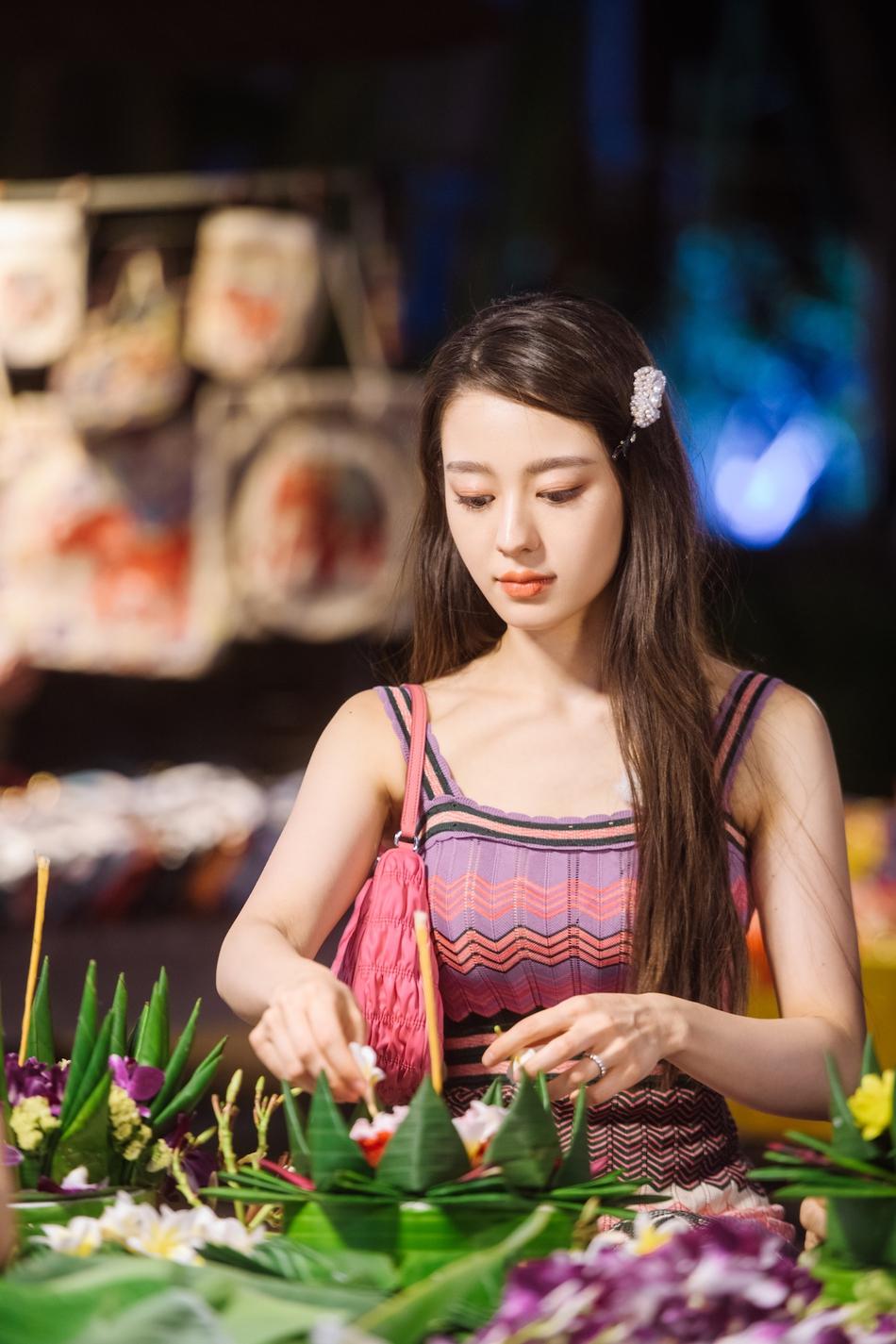 吉娜穿彩虹针织裙尽展曲线美 及腰长发搭珍珠发卡笑容甜美