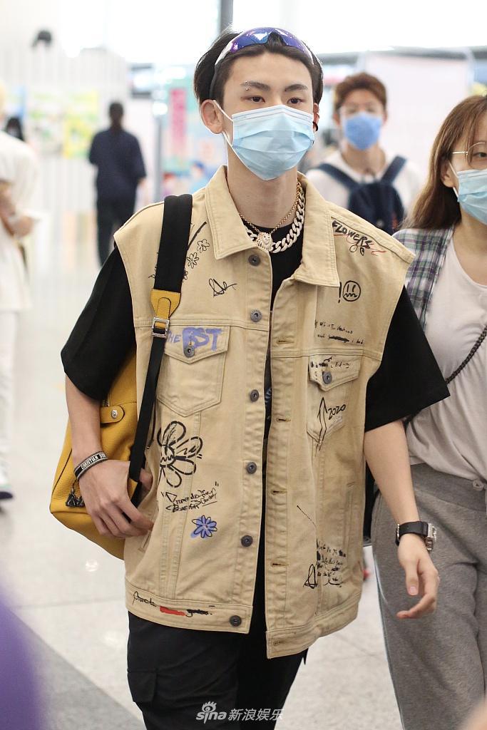 王琳凯戴镭射墨镜炫酷有型  狮子头项链霸气时尚