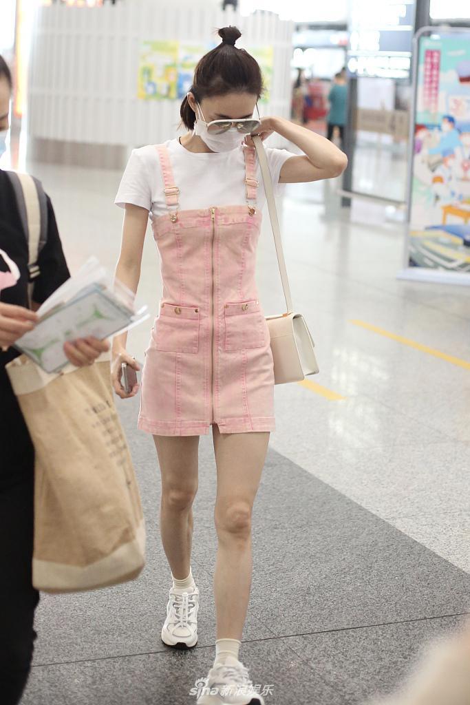 王丽坤穿嫩粉色背带裤元气满满 扎丸子头少女感十足