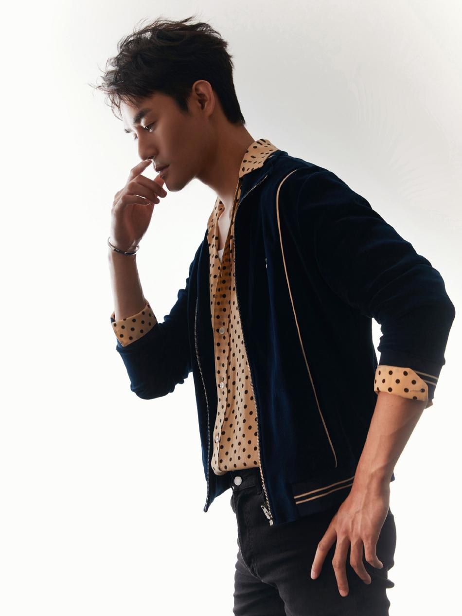 王凯穿丝绒夹克配波点衬衫 复古摇滚造型时尚感十足