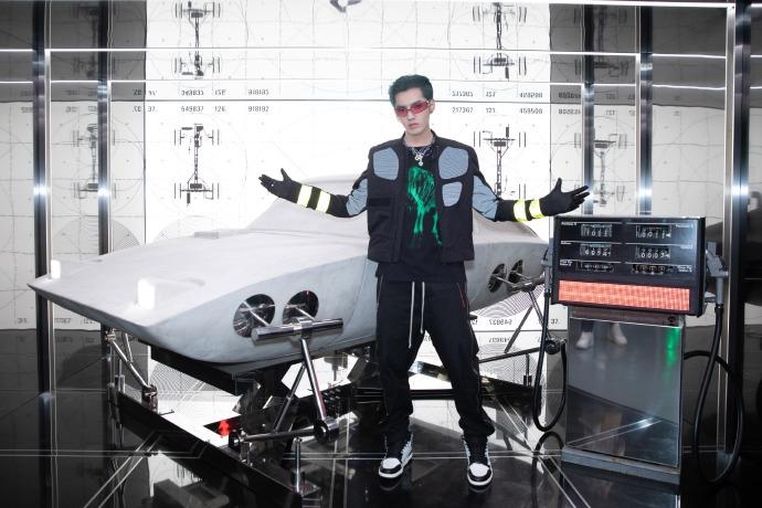 吴亦凡染绿发大胆前卫 穿黑色荧光上衣未来感十足