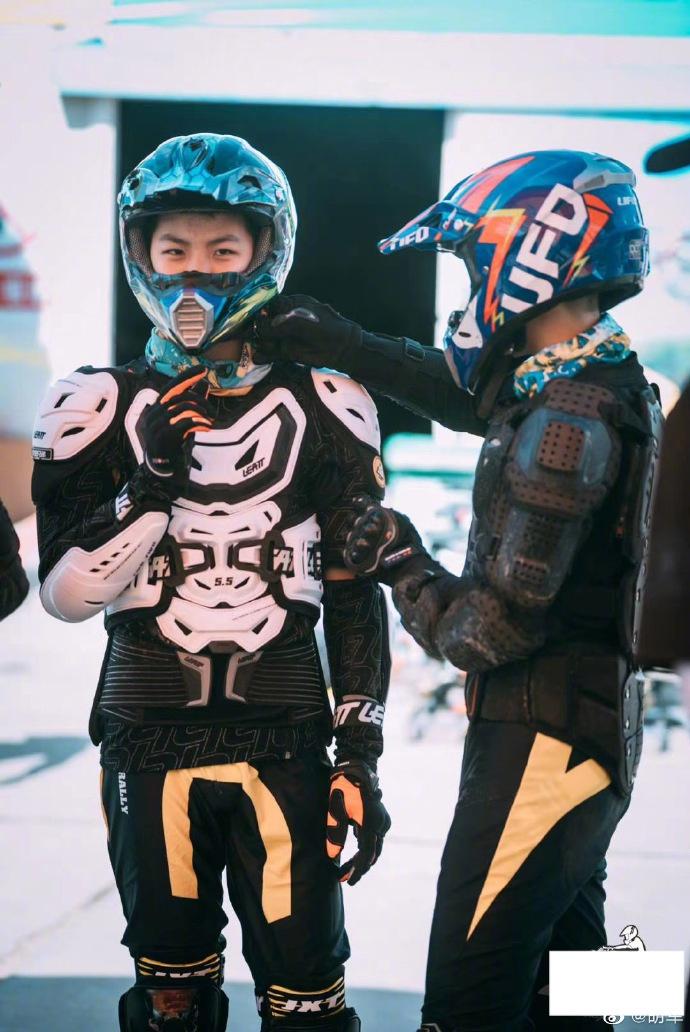 胡军晒儿子参加拉力赛近照 康康穿皮衣戴头盔满满硬汉范