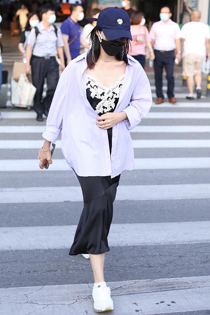 姚晨穿吊带裙配运动鞋玩混搭 外搭香芋紫衬衫时尚减龄