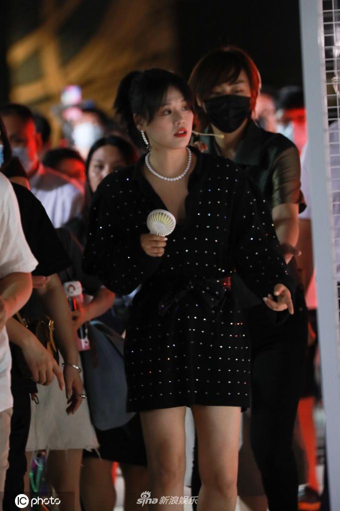 马思纯穿短裙清新可爱 生图抗打状态不错