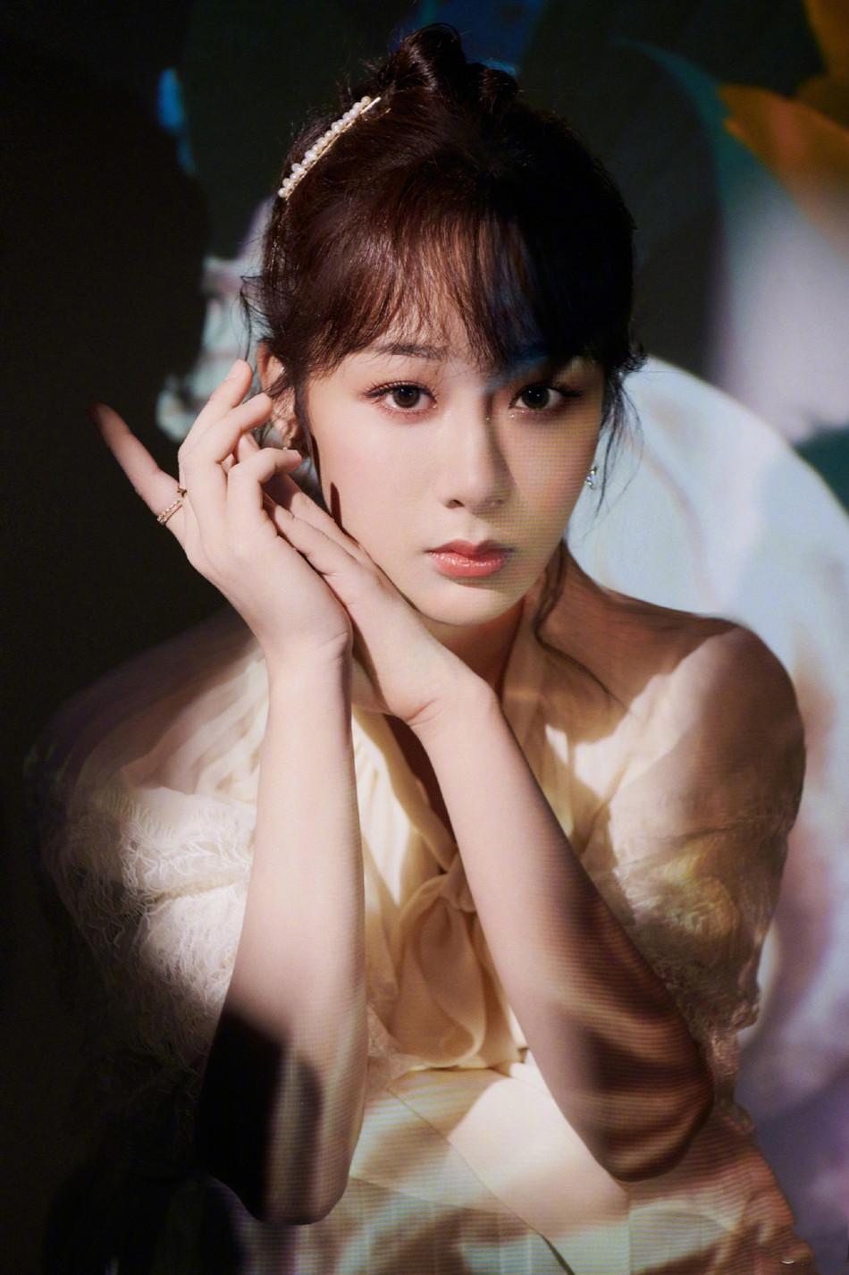 杨紫穿蕾丝白裙清新淡雅 戴珍珠发卡气质优雅