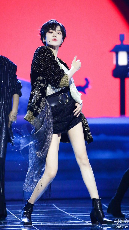 郁可唯穿华丽舞台服秀白皙美腿 留黑色短发气场超A